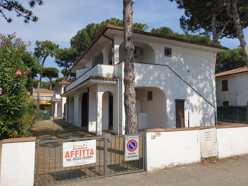 Small villa on the ground floor, with independent entrance and garden with parking space for rent in Lido degli Estensi - Veb 113